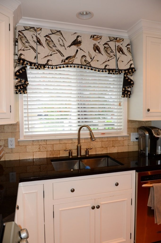 A photo of clean aluminum blinds